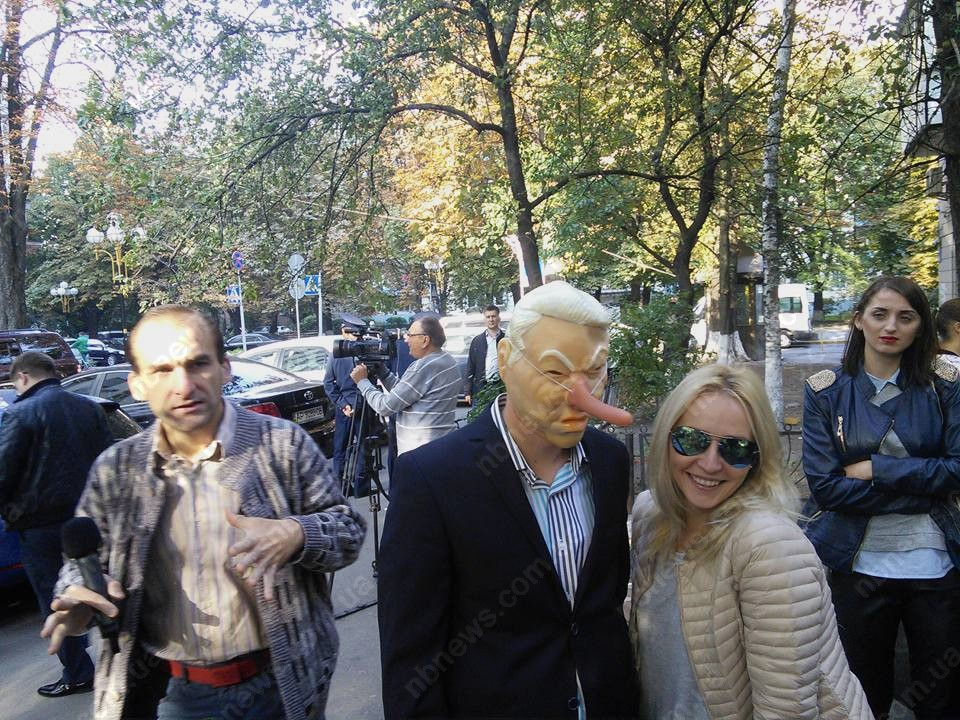 Фото: Активисты устроили у ГПУ вертеп и спели «Шокин брехло»