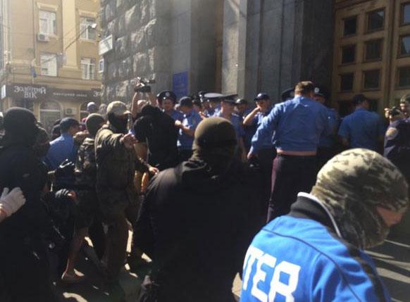 В Харькове люди в балаклавах штурмуют горсовет (ФОТО,ВИДЕО)