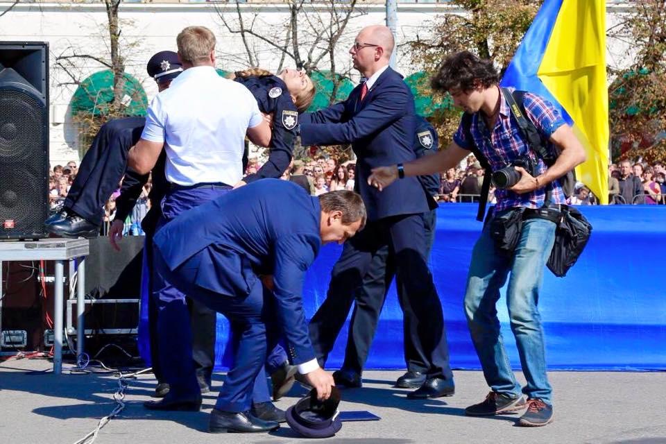В Харькове девушка-полицейский упала в обморок (ФОТО+ВИДЕО)