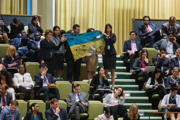 Перед Путиным развернули флаг, привезенный из Иловайска