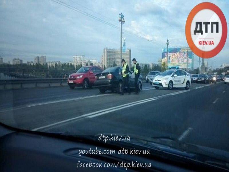 Фото: ДТП на мосту Патона: Столкнулись сразу четыре авто