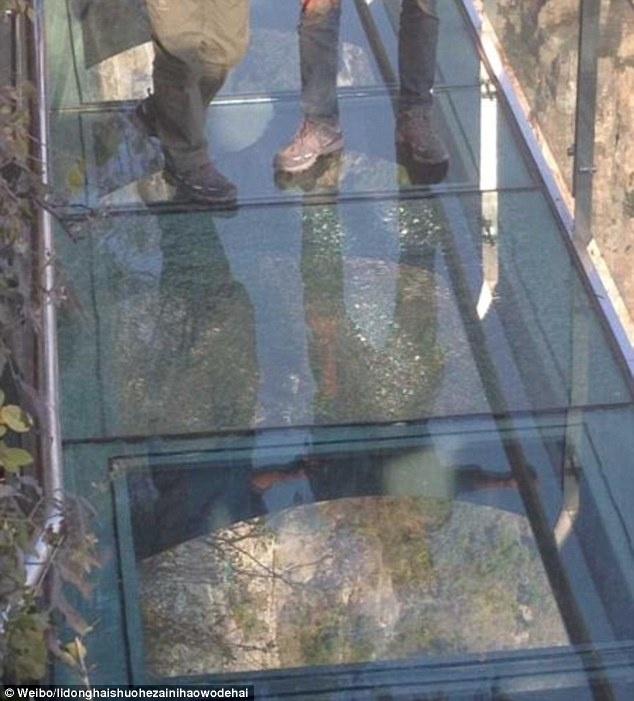 Стеклянный мост над пропастью в Китае треснул (ФОТО)