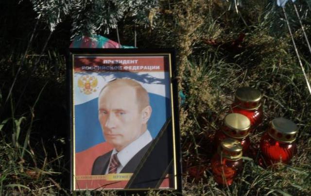 У посольства РФ в день рождения Путина стоят траурные венки
