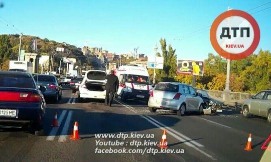 Фото: ДТП на мосту Патона: столкнулись сразу 4 автомобиля