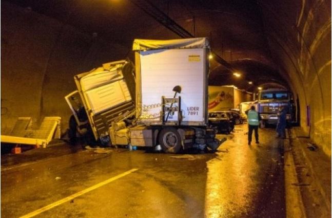 В Болгарии 50 машин столкнулись в тоннеле (ФОТО)