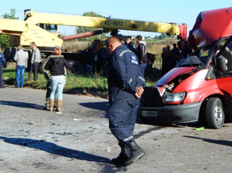 Фото: ДТП: Автокран врезался в микроавтобус: 8 пострадавших