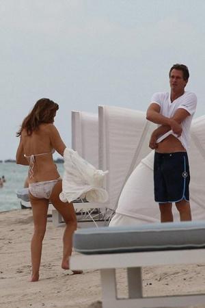 Синди Кроуфорд отдыхает с мужем в Майами (ФОТО)