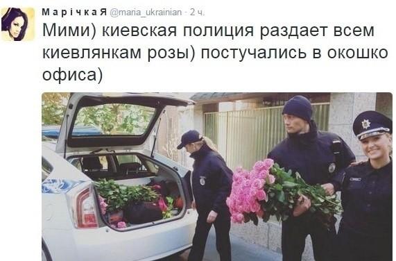 Фото: В Киеве полиция раздает женщинам розы