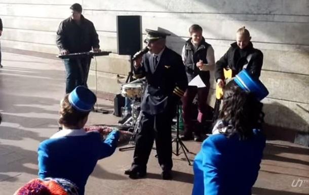 Вахтанг Кикабидзе спел у входа в киевское метро (видео)