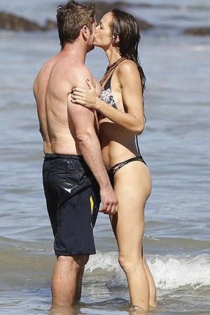 Джерард Батлер с девушкой на пляже (ФОТО)