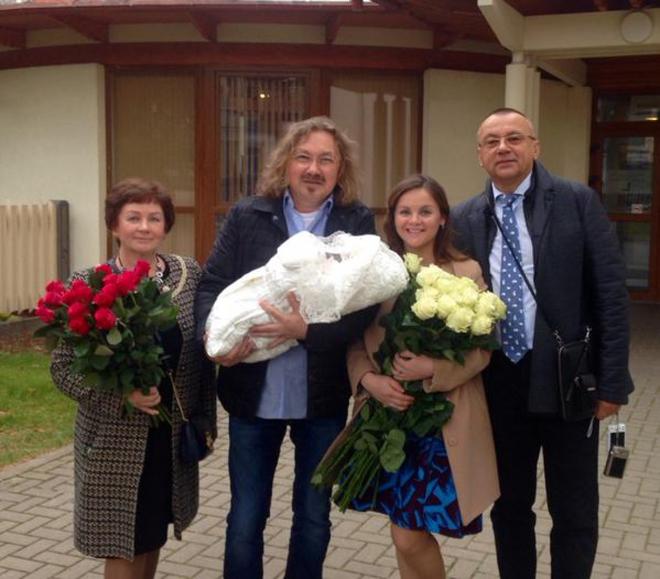 Игорь Николаев забрал жену из роддома (ФОТО)