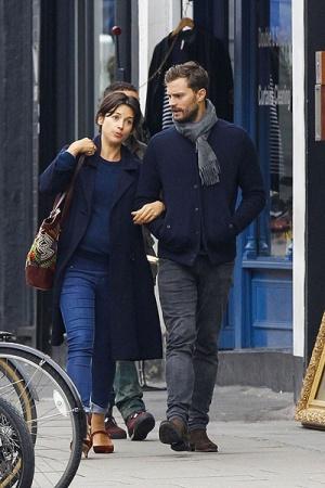 Джейми Дорнан на прогулке с женой (ФОТО)