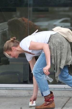 Кэмерон Диаз следит за чистотой на улицах (ФОТО)