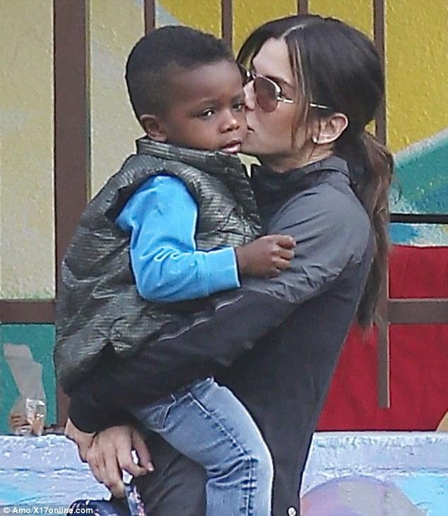 Сандра Буллок сообщает сыну о расизме