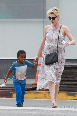 Шарлиз Терон на прогулке с сыном (ФОТО)