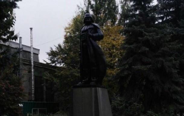 Фото: В Одессе из монумента Ленина сделали Дарта Вейдера