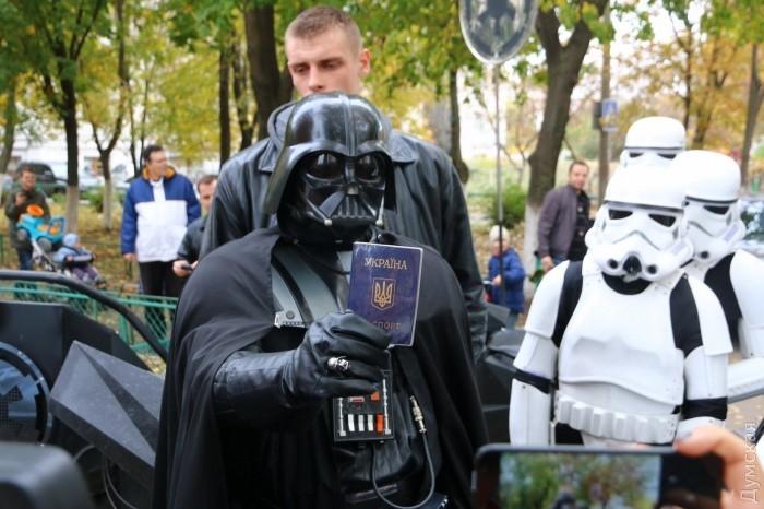 ВИДЕО+ФОТО:Арест Чубакки и Дарт Вейдар не сумел проголосовать