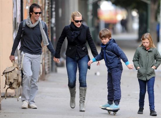 Кейт Уинслет рада рядом с детьми (ФОТО)