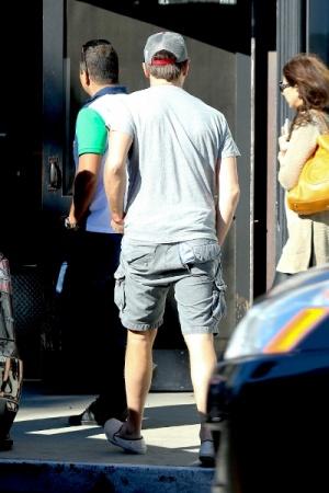 ДиКаприо выходил в бар в драных шортах (ФОТО)
