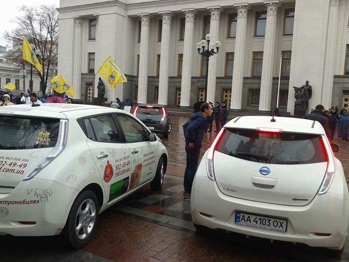 Обладатели электрокаров пикетируют Раду (ФОТО)