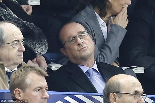 ФОТО: Первую реакцию Олланда на теракты зафиксировали на фотографии