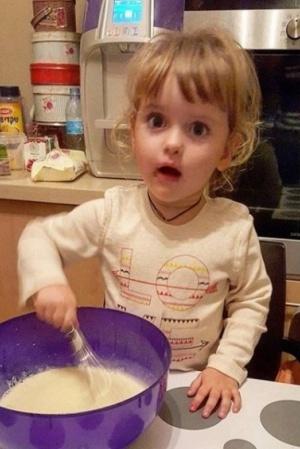 Дочь артиста Антона Макарского обучается готовить (ФОТО)