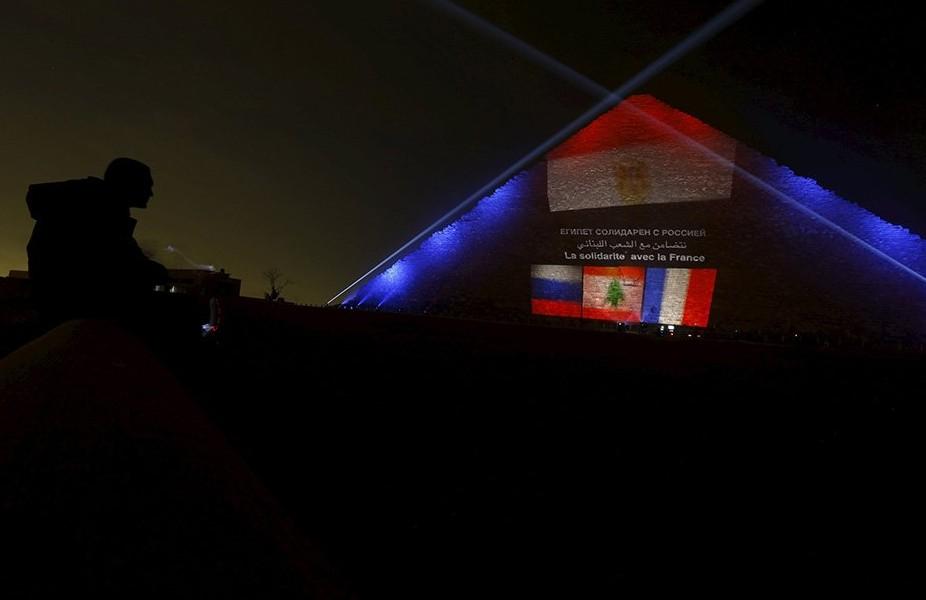 Пирамиды Египта покрасили в тона флагов РФ, Франции и Ливана