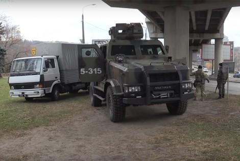 Путепроводы и мосты в Киеве сохраняют гвардейцы на броневиках