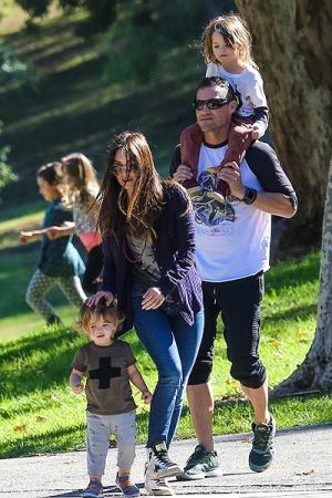 Меган Фокс с детьми на прогулке (ФОТО)