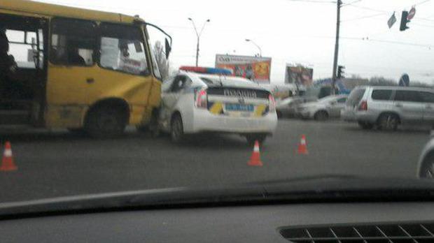 В Киеве маршрутка проломила автомашину милиции (фото, видео)