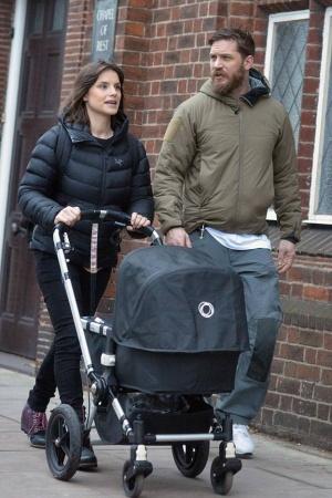 Том Харди и Шарлотта Райли на прогулке с ребенком (ФОТО)