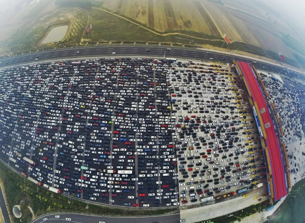 Невозможная пробка на 50-полосной автотрассе (видео)