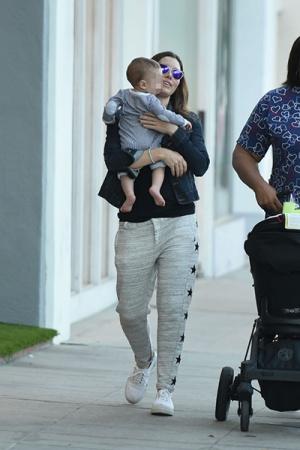 Джессика Бил на прогулке с сыном (ФОТО)