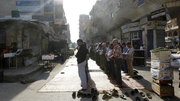 """Как проживают люди в """"столице"""" ИГ - Ракке?"""