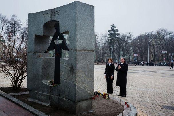 Петр Порошенко с женой удостоили память потерпевших Голодомора