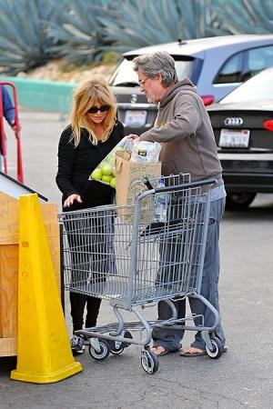 Голди Хоун замечена с помолвочным кольцом (ФОТО)