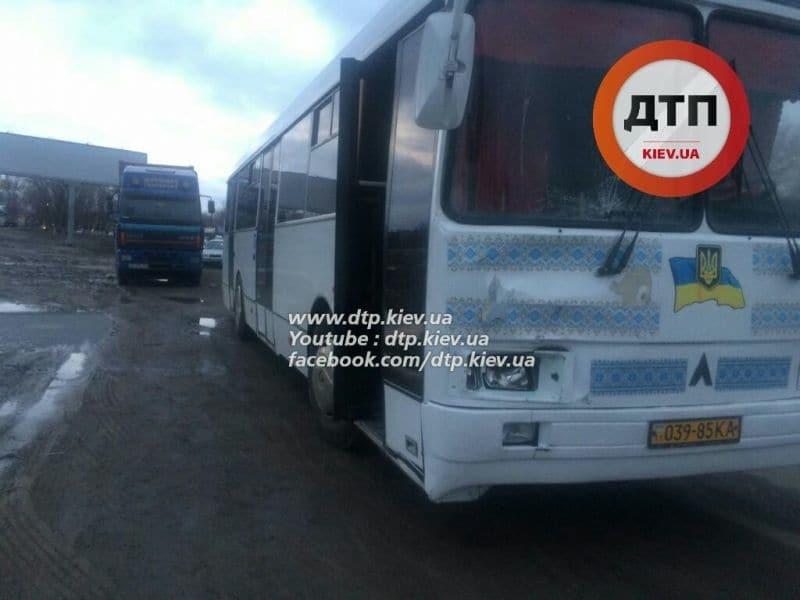 Фото, Видео: На Обходной автобус усмирил прохожего и ушел