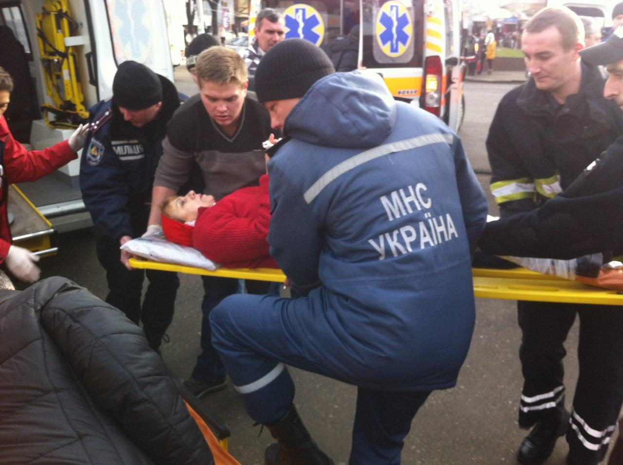 ФОТО: В Черкассах вихрь оборвал билборд. Пострадали 7 человек