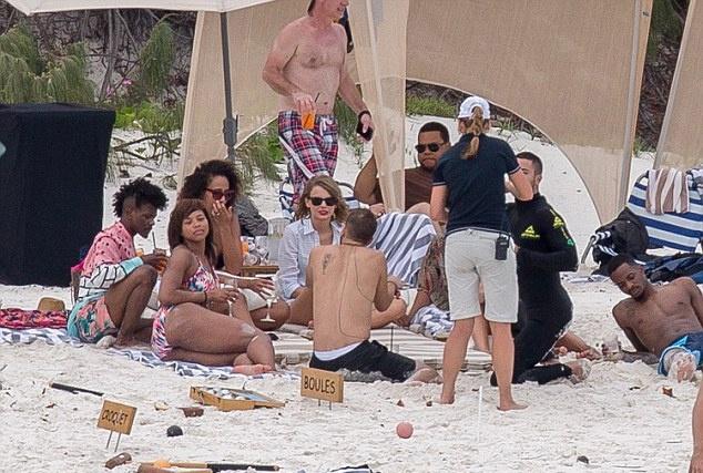 Тейлор Свифт отдыхает на знойном полуострове (ФОТО)