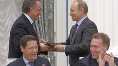 Путин презентовал Мутко учебник, чтобы тот больше не позорился