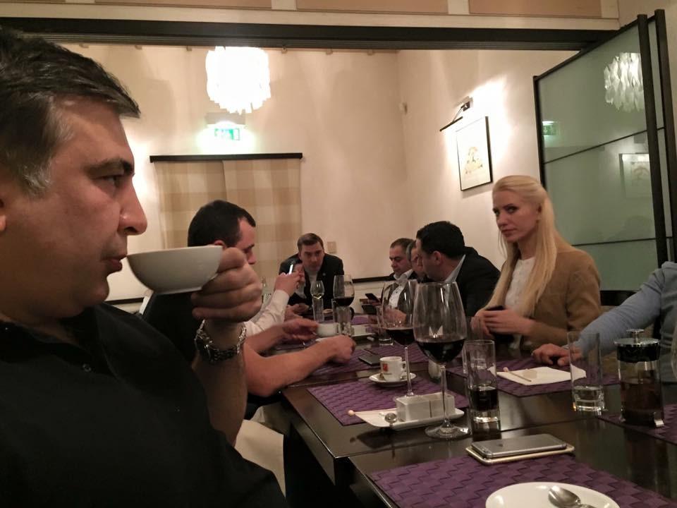 Опубликовали фото тайного ужина Саакашвили с депутатами