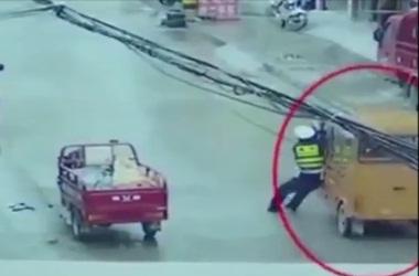 Как китайский полицейский останавливал моторикшу (видео)