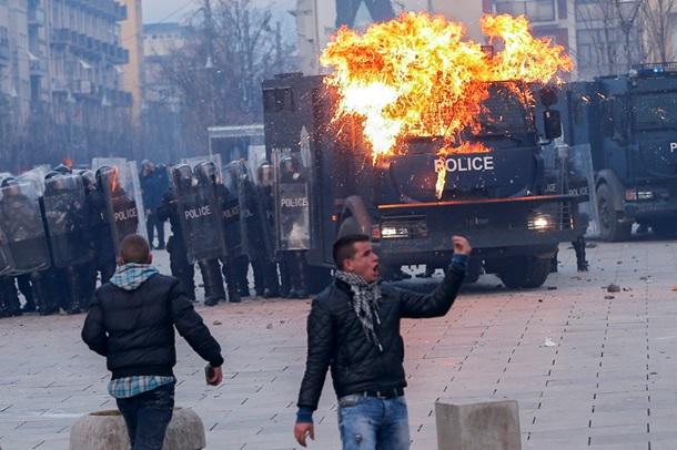 Протестующие в Косово подпалили конгресс (ФОТО)