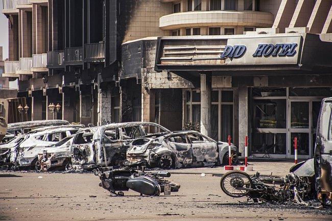 ФОТО: Захваченный отель в Буркина-Фасо взяли штурмом