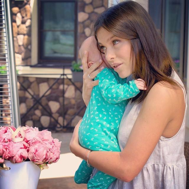 Экс-участница группы SEREBRO Елена Темникова показала дочь