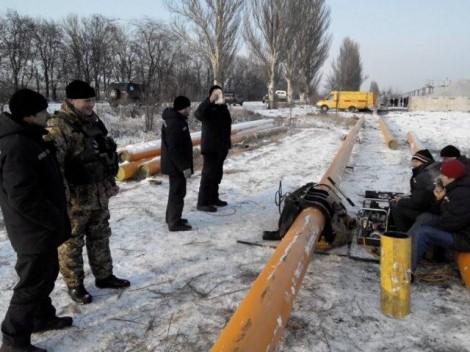 Фото: Боевики палят по газовщикам в Марьинке
