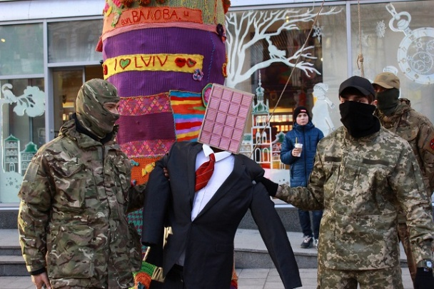 Фото: Во Львове у магазина Roshen повесили чучело Порошенко