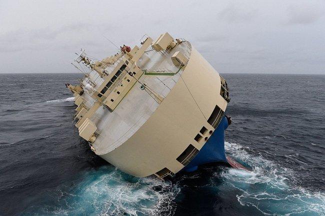 Неуправляемый сухогруз дрейфует к берегам Франции (ВИДЕО)