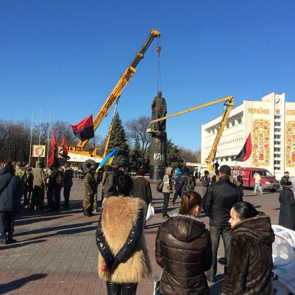 В Днепродзержинске обрушен монумент Дзержинскому (ФОТО)