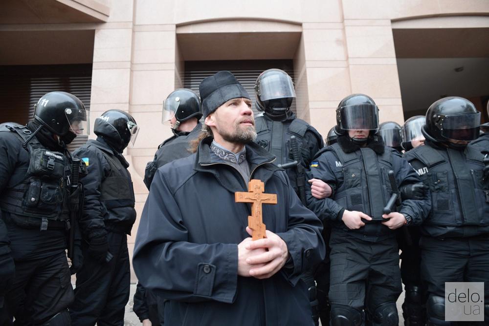 Кабинет Ахметова в Киеве функционеры забросали брусчаткой (фото)